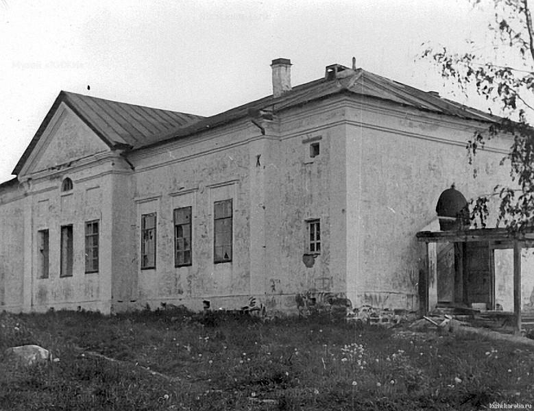 Кирпичное здание в бывшем Палеостровском монастыре