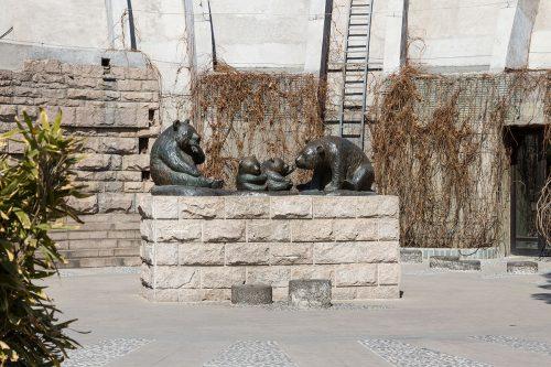 Скульптурное изображение семейства панд в Пекинском зоопарке