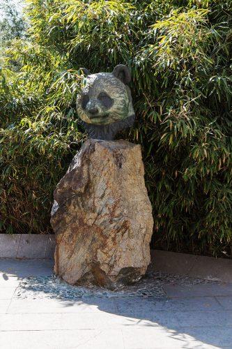 Скульптурное изображение панды в Пекинском зоопарке