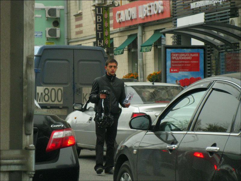 Торговец на проезжей части (Оружейный проезд)