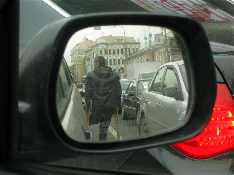 """Инвалид-попрошайка на проезжей части (напротив """"Известий"""")"""