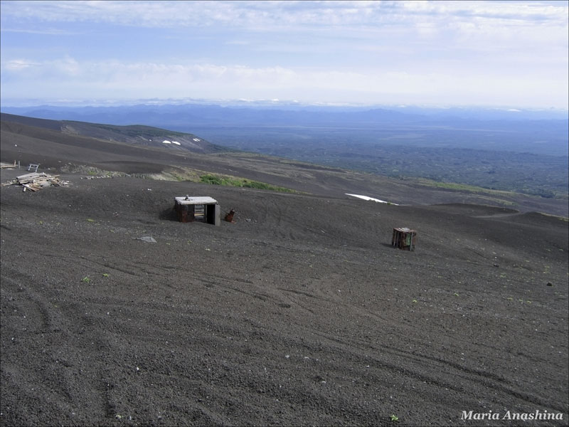 Заброшенные конструкции на склоне Козельского вулкана