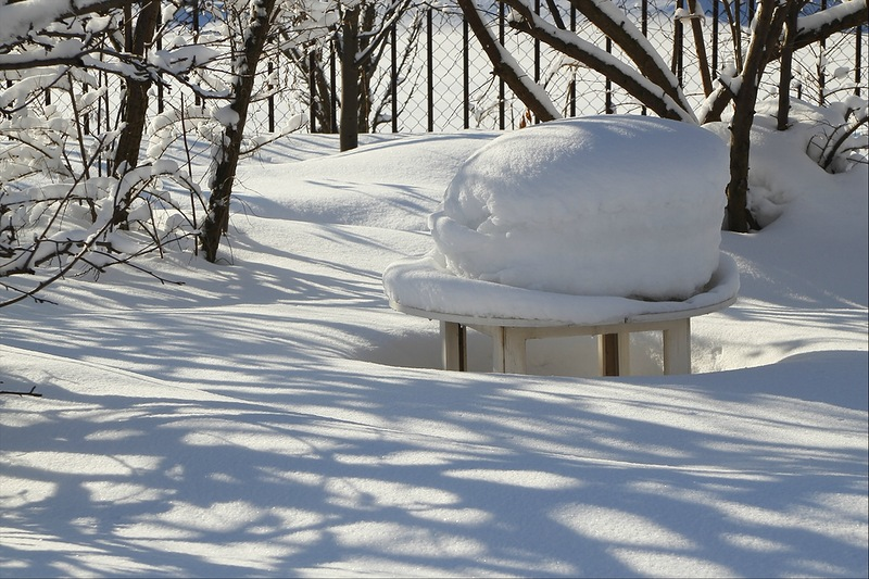 Сугроб на садовом столике