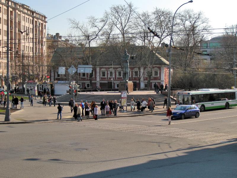 Сквер, памятник Энгельсу и Красные палаты на площади Пречистенские ворота
