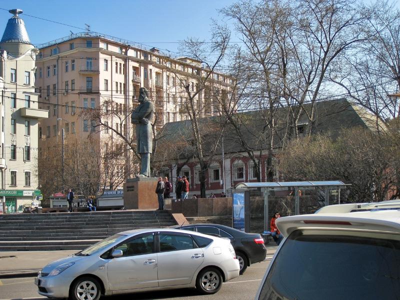 Сквер, памятник Энгельсу и Красные палаты