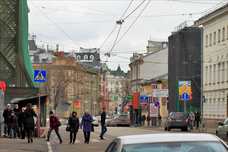 Улица Остоженка в выходной день