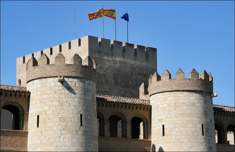 Сарагоса, крепостные стены и башня Трубадура дворца Альхаферия