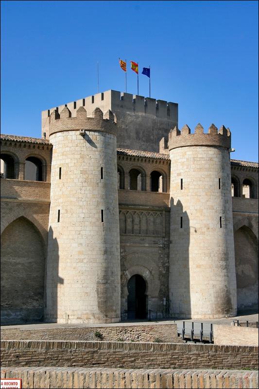 Сарагоса, вход во дворец Альхаферия