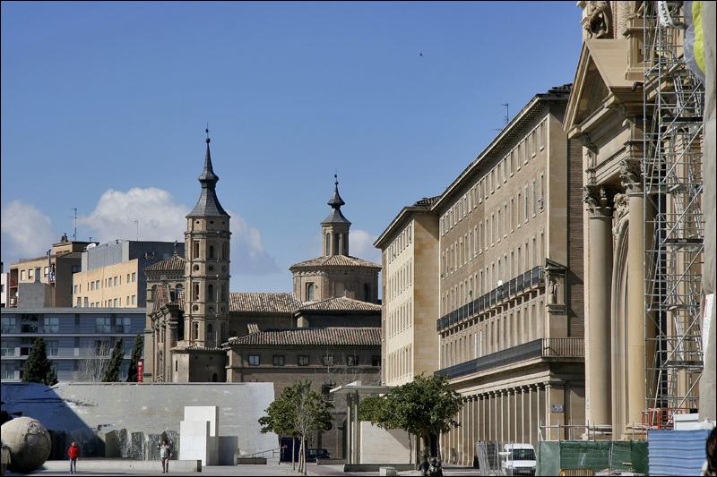 Фонтан с картой Латинской Америки и церковь Сан-Хуан в Сарагосе