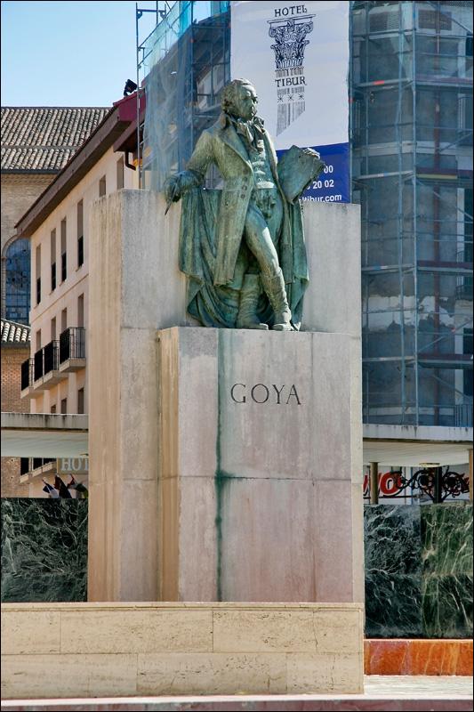 Памятник Ф.Гойе на площади перед собором