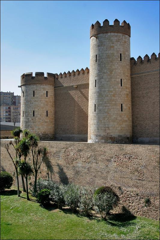 Крепостные стены и ров дворца Альхаферия, Сарагоса