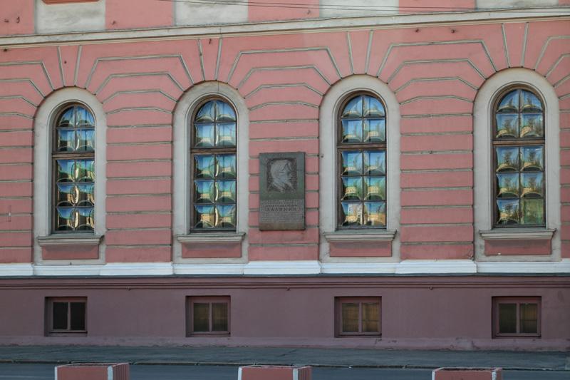Выпуклые стекла на здании Тимирязевской академии