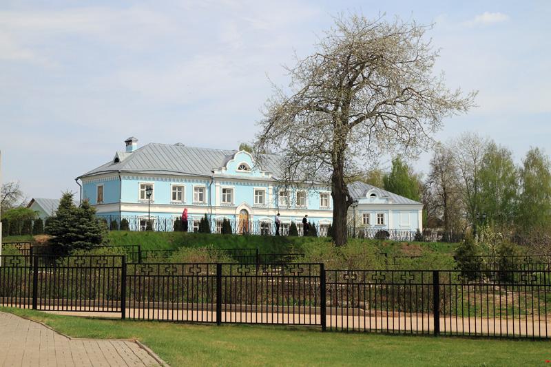 Свято-Троицкий Серафимо-Дивеевский монастырь, вид на Канавку и монастырское строение