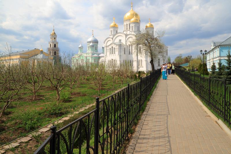 Свято-Троицкий Серафимо-Дивеевский монастырь, вид на Троицкий и Спасо-Преображенский соборы со Святой Канавки