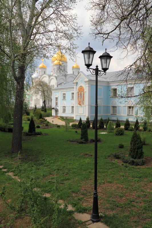 Свято-Троицкий Серафимо-Дивеевский монастырь, вид на Спасо-Преображенский собор и монастырское здание со Святой Канавки