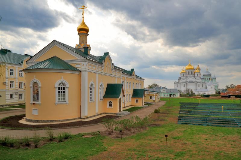 Свято-Троицкий Серафимо-Дивеевский монастырь, вид со Святой Канавки на строения монастыря