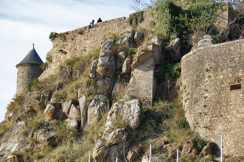 Скала и крепостные стены Мон-Сен-Мишель