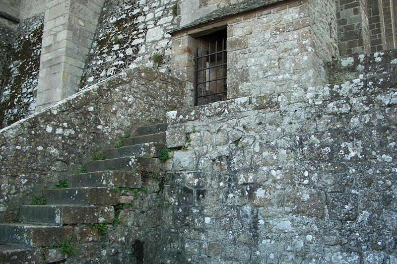 Стены строений в Мон-Сен-Мишель