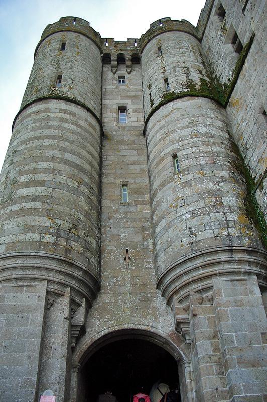 Ворота в аббатство и маленький замок