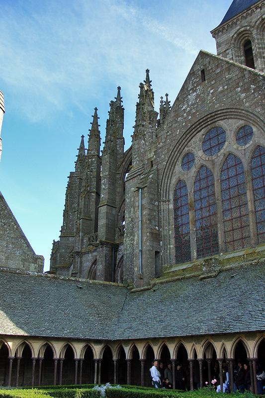 Клуатр в Мон-Сен-Мишель и монастырская церковь