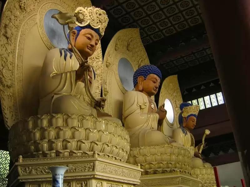 Будды прошлого, настоящего и будущего в павильоне Хуаянь, монастырь Линъиньсы, Ханчжоу, Китай