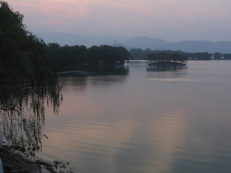 Рукотворное озеро Кунминху в парке Ихэюань