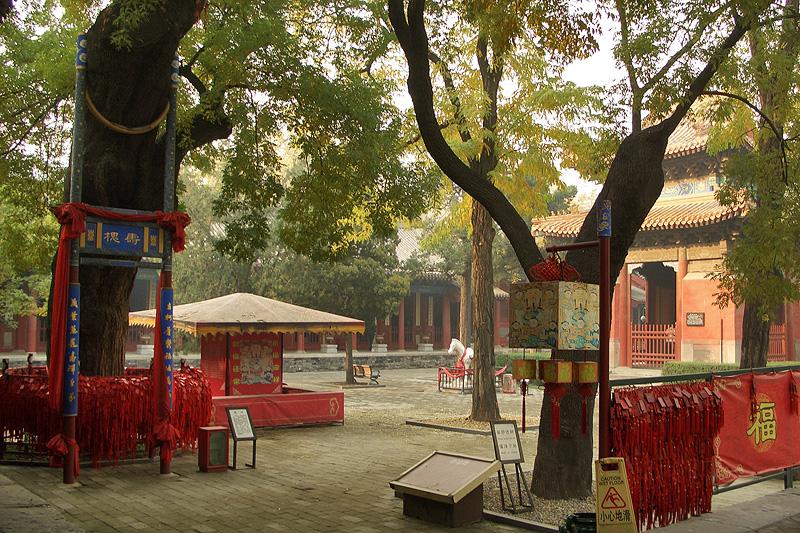 Двор даосского монастыря Дунъюэ