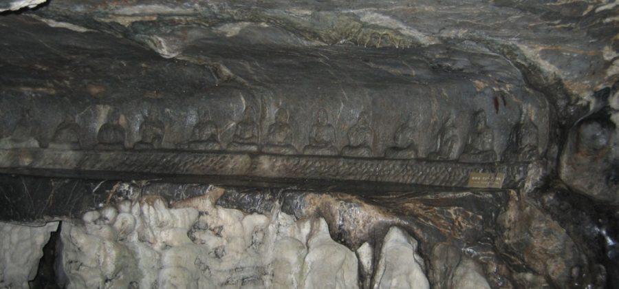 Скала Фэйлайфэн в монастыре Линъиньсы