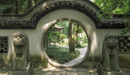 Сад пагод и сад карликовых деревьев около пагоды Шести гармоний в Ханчжоу
