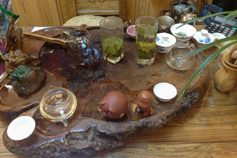 Дегустация чая в одном из чайных магазинов Пекина