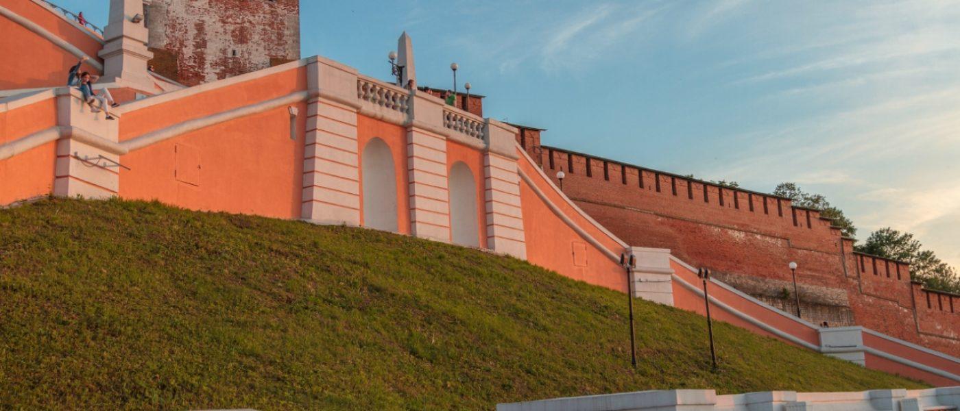 Чкаловская лестница, памятник Чкалову и катер «Герой»