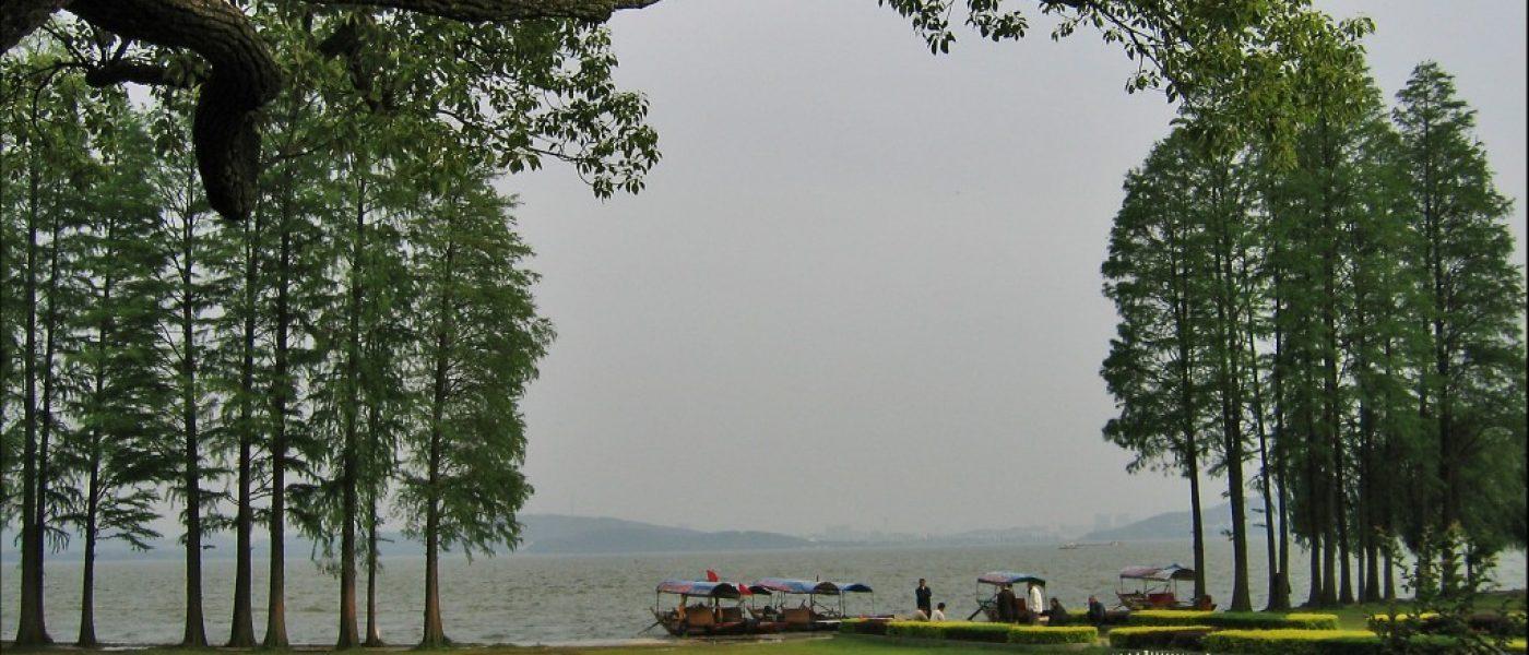 Пейзажная зона Тинтао на озере Дунху в Ухане