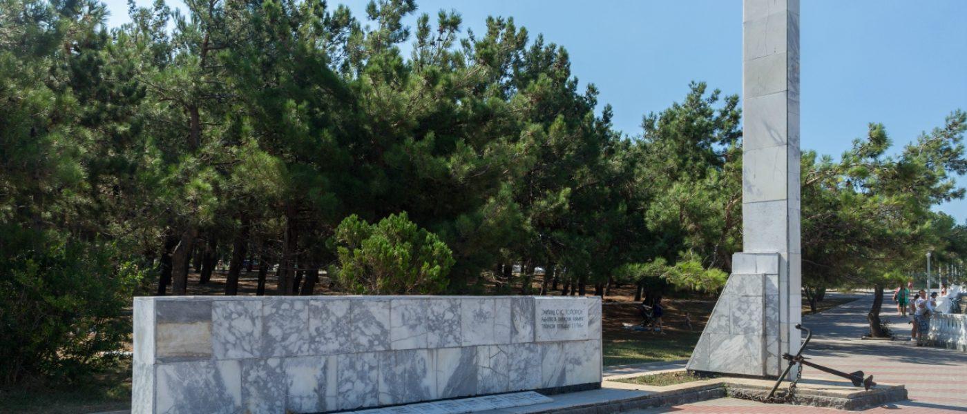 Памятник экипажу сейнера «Топорок» на набережной Геленджика