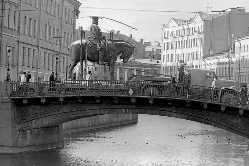 Транспортировка памятника Александру III