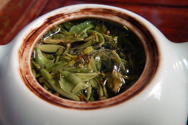 Листья Лунцзина в чайнике