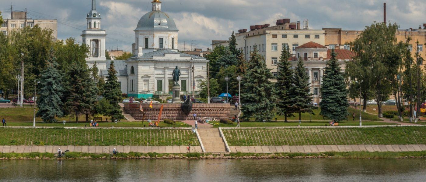 Памятник Афанасию Никитину в Твери и храм Воскресения Христова