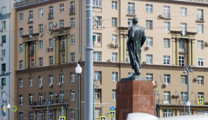 Памятник Максиму Горькому на площади Тверская Застава в Москве