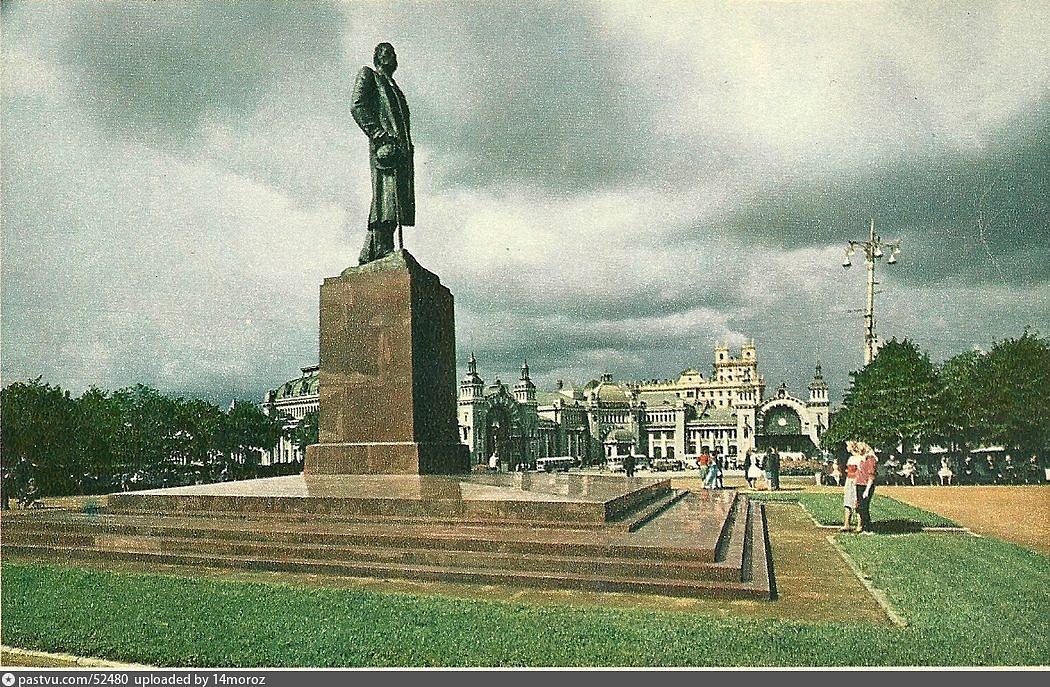 Памятник Горькому на площади Белорусского вокзала, Москва