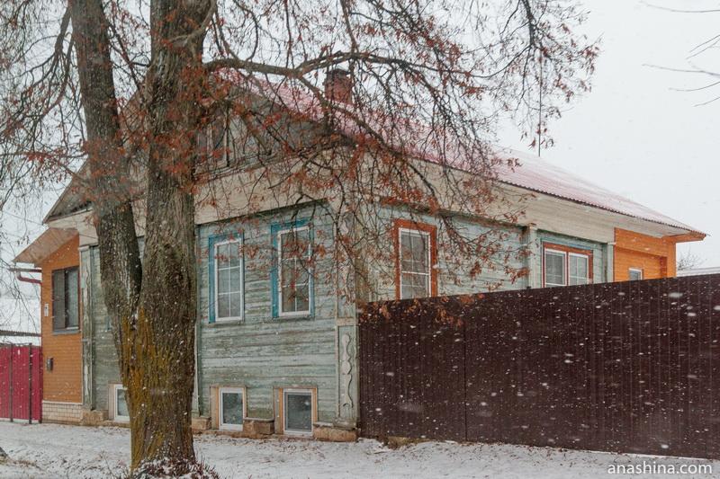 Старый дом с современными пристройками и окнами, Калязин