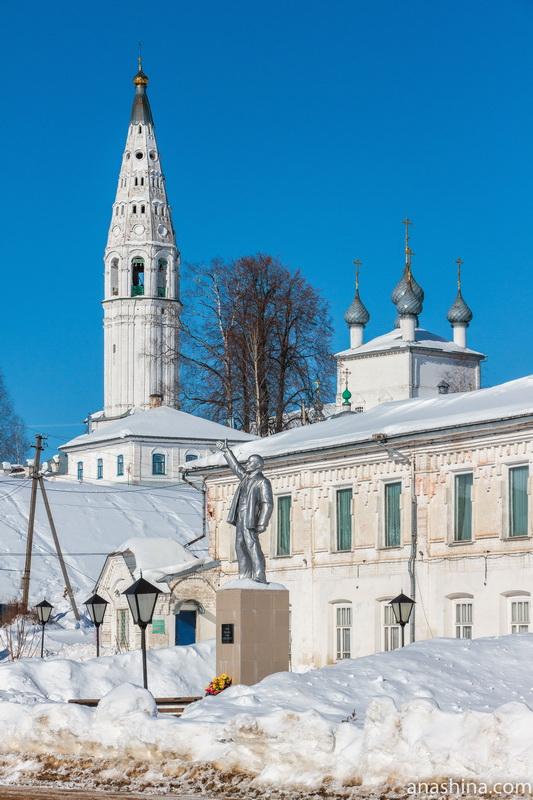 Памятник Ленину на фоне Торговых рядов и Спасо-Преображенского собора, Судиславль