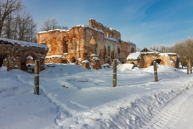 Руины главного усадебного дома в Ольгово, Подмосковье
