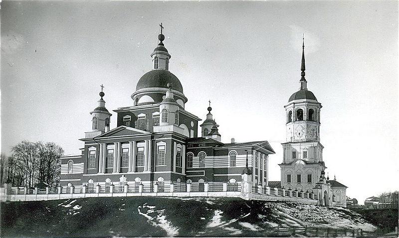 Богоявленский собор (1872 г.) и Казанская церковь с колокольней (1764 г.) в Тотьме