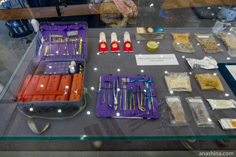 Образцы хирургических инструментов (слева) и космического питания (справа)