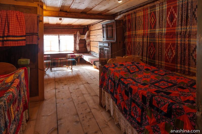 Интерьер комнаты ткачихи в доме У.Е.Пудовой, Семёнково