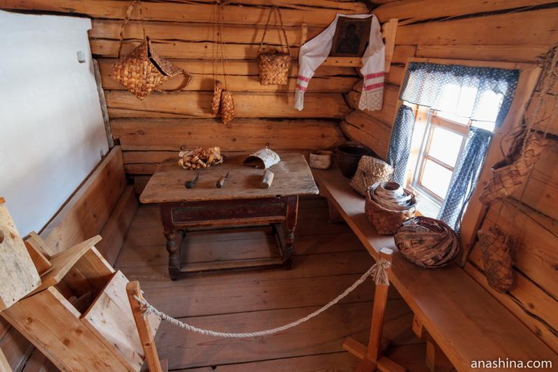 Интерьер теплой избы в доме У.Е.Пудовой, Семёнково