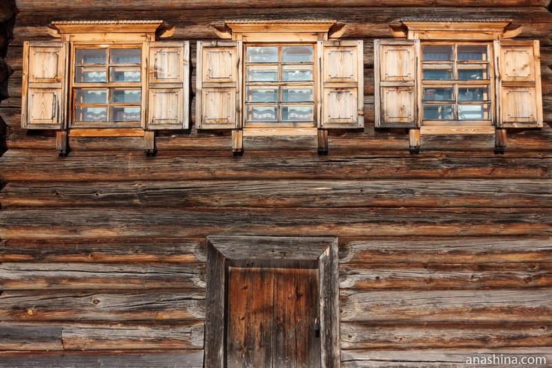 Окна с наличниками и ставнями в доме Н.М.Юрова, Семёнково