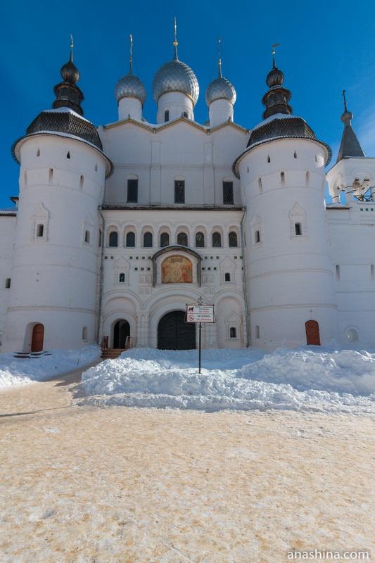 Храм Воскресения Христова с крепостными башнями и Святыми вратами, Ростовский кремль