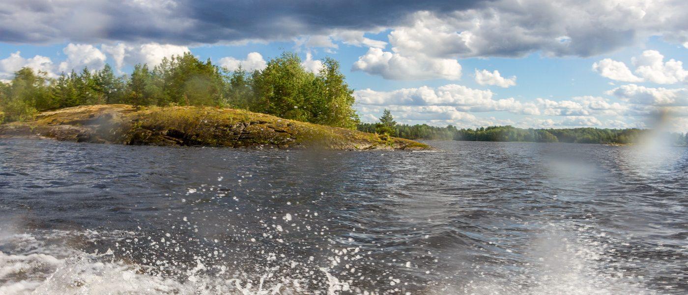 На моторке по заливу Лехмалахти Ладожского озера