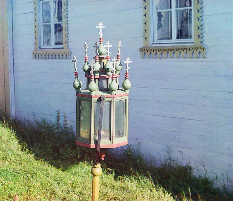 С. М. Прокудин-Горский. Старинный фонарь в церкви Успения Божьей Матери. [Девятины.] 1909 год