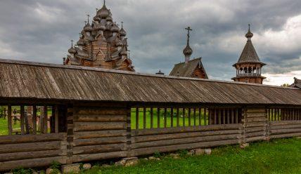 Усадьба «Богословка»: Покровская церковь и другие памятники деревянного зодчества